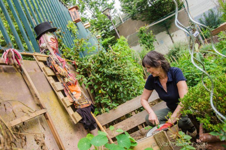 Véronique s'occupe du jardin depuis 4 ans. Elle aime entretenir ce jardin. Il y a tout le temps quelque chose à faire : semer, planter, tailler, pailler.