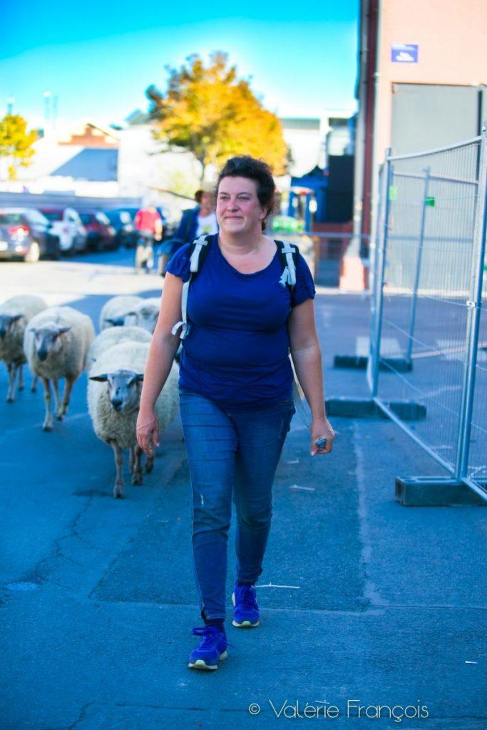 Julie a débarqué dans le projet par hasard. Elle était chef de chantier gros œuvre, spécialiste du béton. L'association avait besoin de construire une bergerie et ils avaient besoin de savoir-faire dans ce domaine.