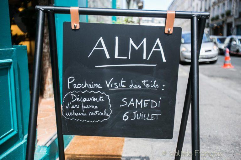 Alma grown in town organise aussi des visites de fermes urbaines verticales qui sont là juste au dessus de leurs têtes.