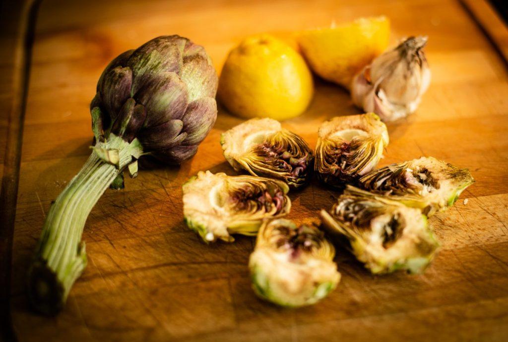 """Les petits artichauts violets de Provence sont aussi appelés """"Poivrades"""" car ils peuvent se manger crus en croque au sel."""