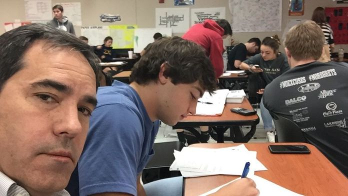 Padre castiga hijo por hablar en clase