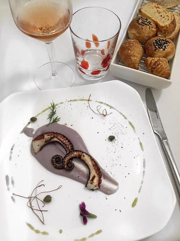 Ristorante Sabir Gourmanderie - Polpo-grigliato-al-sapore-di-cannella-su-crema-di-patate-vitelotte