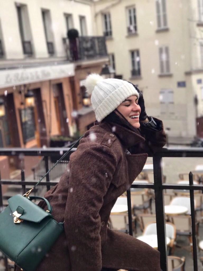 Lavinia Guglielman sotto la neve a Parigi