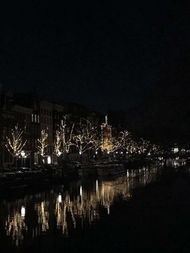 Amsterdam di notte con riflesso nei canali