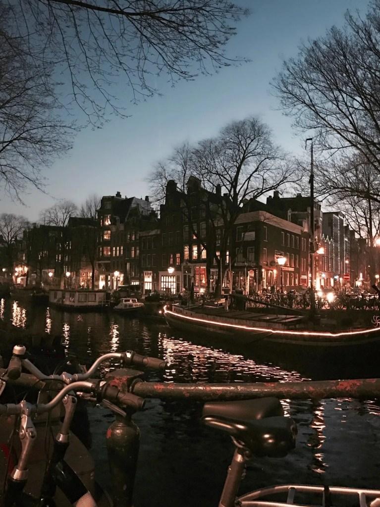 Canali e palazzi di Amsterdam all'imbrunire