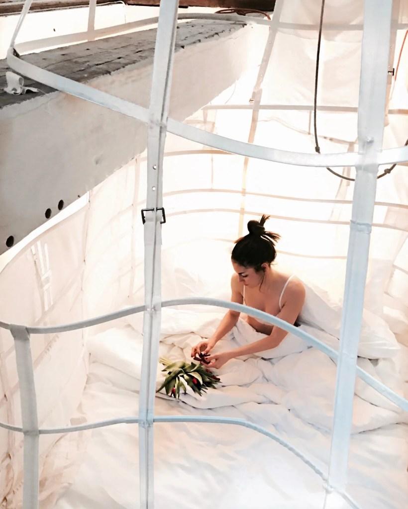 Lavinia Guglielman nella sua stanza dell'hotel Exchange ispirata a Maria Antonietta