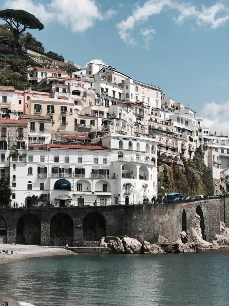 vista sulla costiera Amalfitana ideale per una fuga romantica