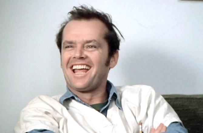 jack nicholson in uno scatto del film qualcuno volò sul nido del cuculo con la faccia da psicopatico