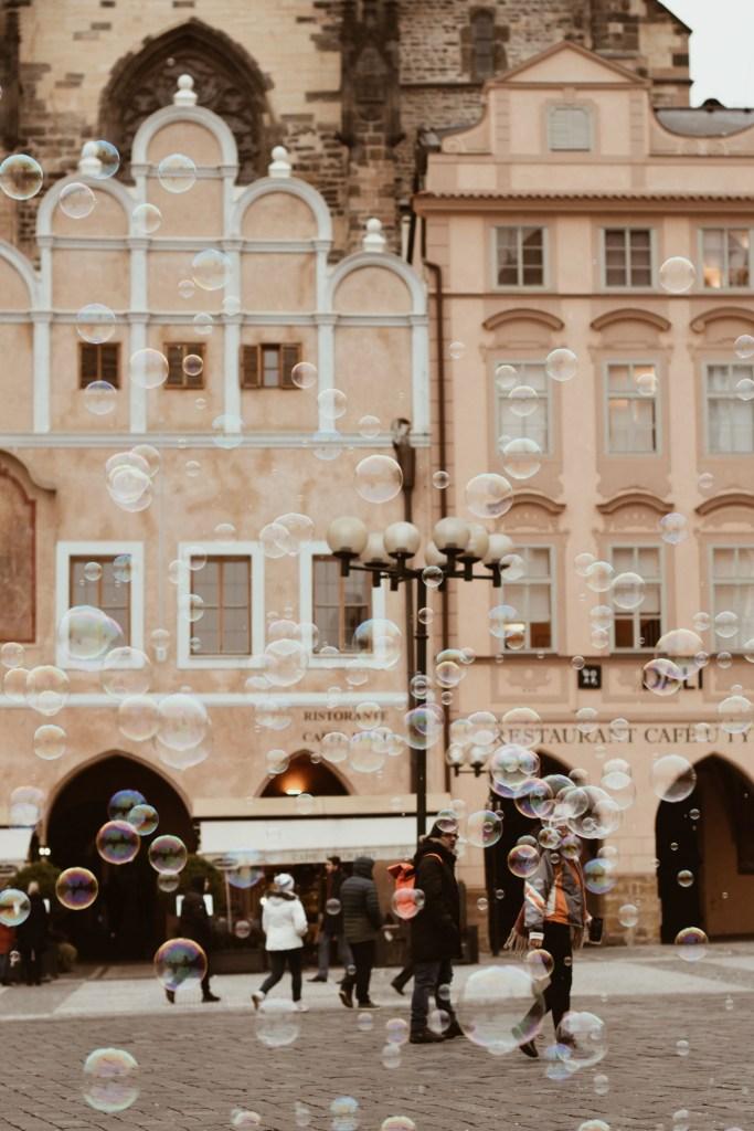 Artisti di strada e bolle di sapone a Old Town Square a Praga
