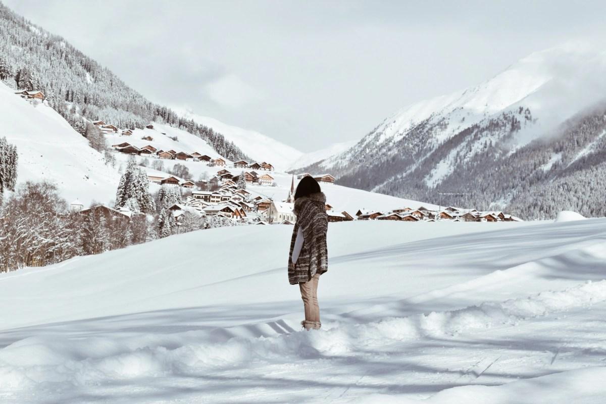 Lavinia Guglielman sulla neve con vista sulle Dolomiti al lago di Braies