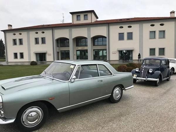 Auto d'epoca all'ingresso dell'azienda Umberto Cesari