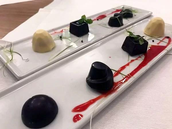 Il pre dessert: cioccolatini assortiti, alcuni con confettura di datterino e cappero