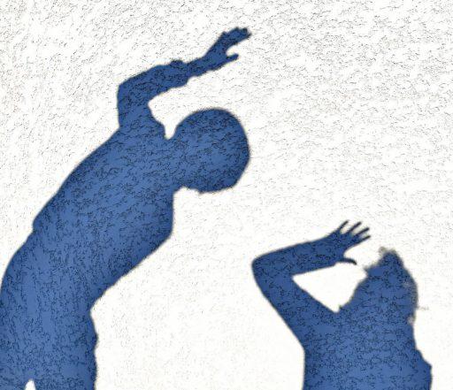 Un homme lève la main sur une femme