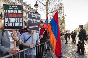 Francesi di origine armena manifestano contro la Turchia e la sua tesi negazionista sul genocidio armeno