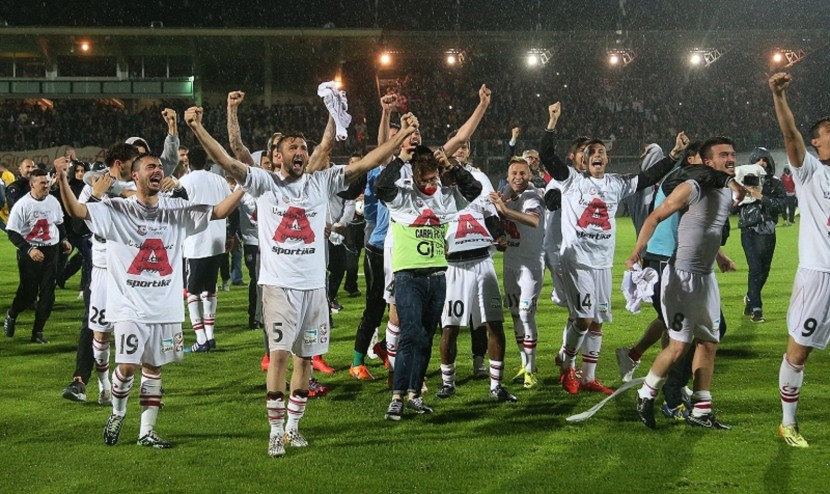 CARPI, ITALY - APRIL 28:  Players of Carpi celebrate after being promoted to Serie A during the Serie B match between Carpi FC and FC Bari at Stadio Sandro Cabassi on April 28, 2015 in Carpi, Italy.  (Photo by Maurizio Lagana/Getty Images)