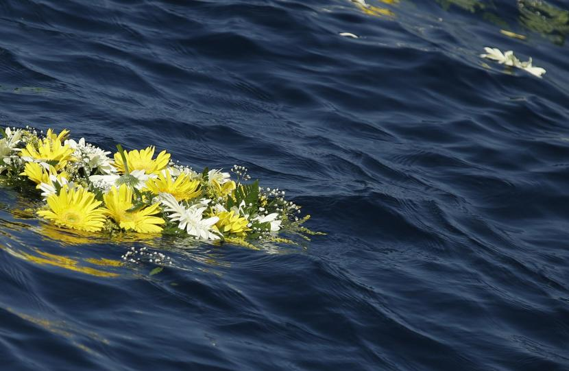 A wreath of flowers floats in the water after Pope Francis threw it into the sea in memory of migrants who never arrived, during his visit to the island of Lampedusa, southern Italy, Monday July 8, 2013. Pope Francis has arrived on the tiny Sicilian island of Lampedusa to greet recently arrived migrants as yet another boatload came ashore carrying 162 Eritreans. Francis came to pray with survivors of the treacherous crossing from Africa and mourn those who have died trying. He flew Monday from Rome to Lampedusa's airport and was traveling by coast guard ship to the island's main port. (AP Photo/Gregorio Borgia)
