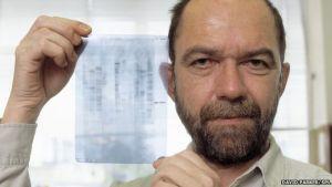 Alec Jeffreys. A lui si deve l'introduzione del DNA come strumento di identificazione personale nella scienza forense