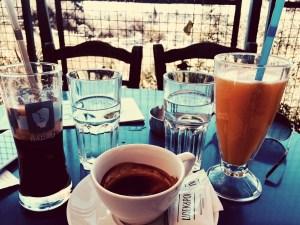 Freddo espresso e spremuta d'arancia a Plaka
