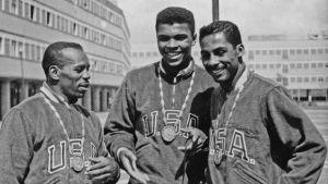 Un giovanissimo Cassius Clay, medaglia d'oro al collo, nel Team USA a Roma 1960
