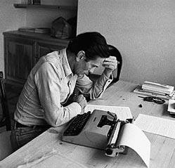Pier Paolo Pasolini che scrive con l'aiuto della famosissima Olivetti Lettera 22