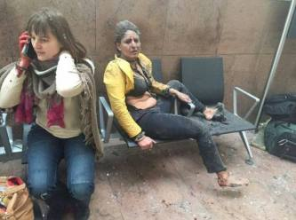 Questa foto scattata dalla giornalista georgiana Ketevan Kardava rappresenta due donne sopravvissute all'attentato di Bruxelles nell'areoporto di Zaventem