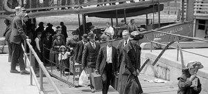 Alcuni emigranti italiani in viaggio verso gli Stati Uniti,1900.