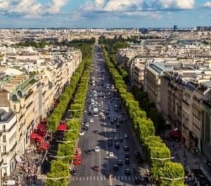 """""""Avenue des Champs Elysees"""", letteralmente Viale dei Campi Elisi, è un largo viale conosciuto in tutto il mondo come la più splendida strada di Parigi."""