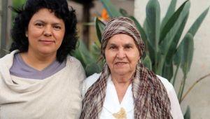 L'attivista ed ambientalista honduregna Berta Cáceres in compagnia della madre Berta Flores