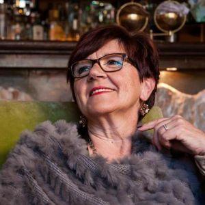 Franca Donà è un'autrice italiana, originaria di Cigliano (Provincia di Vercelli). Collabora con la rivista letteraria Euterpe di Jesi (Provincia di Ancona) e vanta nel proprio curriculum prestigiosi riconoscimenti poetici nazionali e internazionali