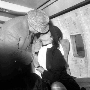 """IL bacio """"rubato"""" di Carlo Ponti a Sofia Loren (Archivio Riccardi)"""