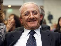 Vincenzo De Luca. In alto Matteo Renzi ad Agerola