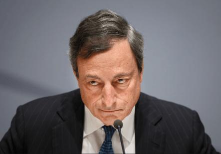 Mario Draghi. In apertura Ignazio Visco e sullo sfondo l'ingresso di Palazzo Koch