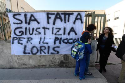 """>>>ANSA/BIMBO UCCISO: STRISCIONE DAVANTI SCUOLA, """"GIUSTIZIA PER LORIS"""""""