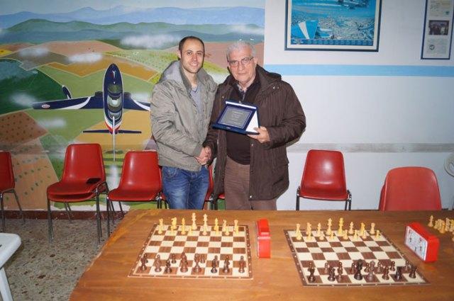 Luigi Safiotti consegna a Giovanni Sposito la targa per il Primo Classificato