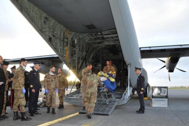 I feriti libici sbarcati a Roma dal C130J dell'aeronautica militare italiana