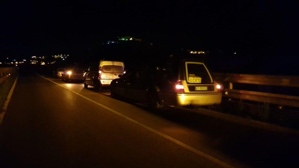 Fila di carri funebri nella notte verso la villetta del disastro di Casteldaccia (ph. LiveSicillia)