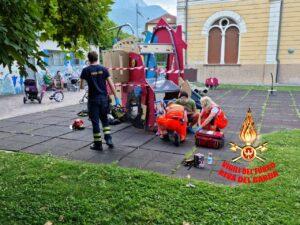 Paura per una bimba incastrata in un gioco al parco: intervengono i vigili del fuoco di Riva