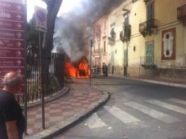 Grottaglie - Auto in fiamme Piazza IV Novembre - foto dal web