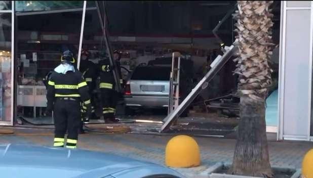 Bari, automobilista perde il controllo dell'auto e finisce nel negozio Prenatal