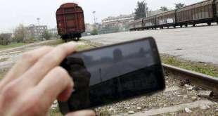 Piacenza, si fa un selfie durante i soccorsi alla donna ferita riversa tra i binari