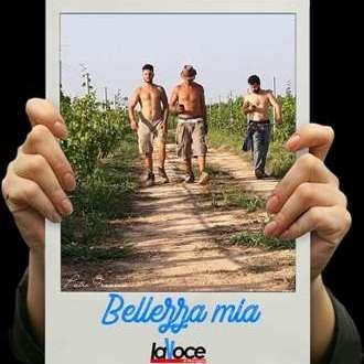 """Bellezza mia - Pietro, Aldo e Lorenzo, tre giovani lavoratori di questa calda estate nel vitigno di Primitivo in """"Villa Maria"""" a Torricella (Ta)"""