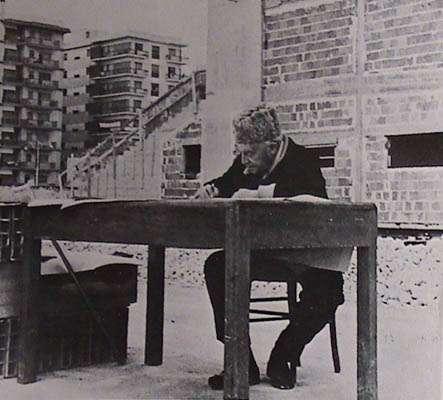 Giò Ponti sul cantiere della Concattedrale nel 1970
