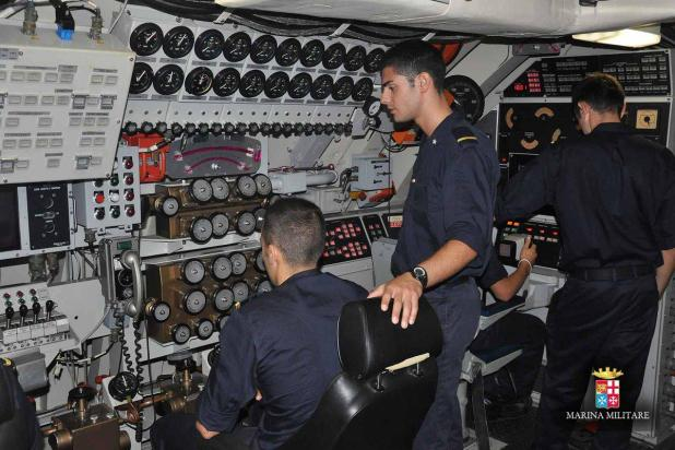 Taranto, 24 giovani marinai divetano sommergibilisti della Marina Militare Italiana