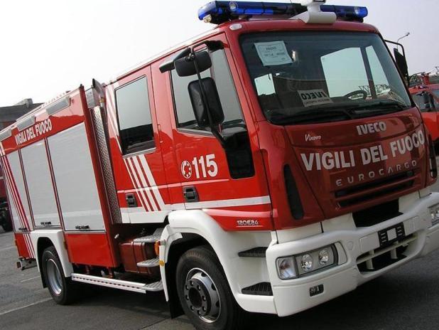 Traffico in tilt sulla litoranea salentina: due auto in fiamme