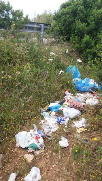 Campomarino di Maruggio rifiuti: gli incivili colpiscono ancora. Nessuno rimuove i rifiuti abbandonati