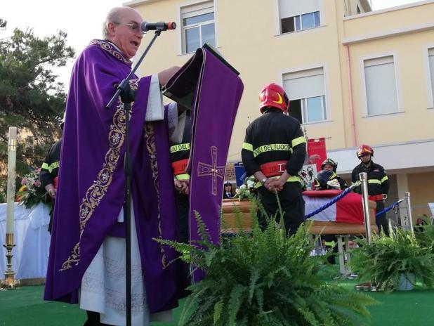Lacrime e applausi al Vigile del fuoco Dell'Anna oggi a Fragagnano