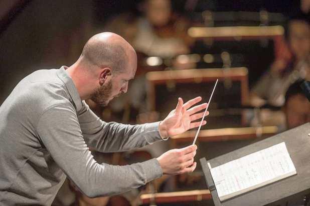 Si innamora follemente di un direttore d'orchestra e lo perseguita in tutta Europa: denunciata una donna per atti persecutori