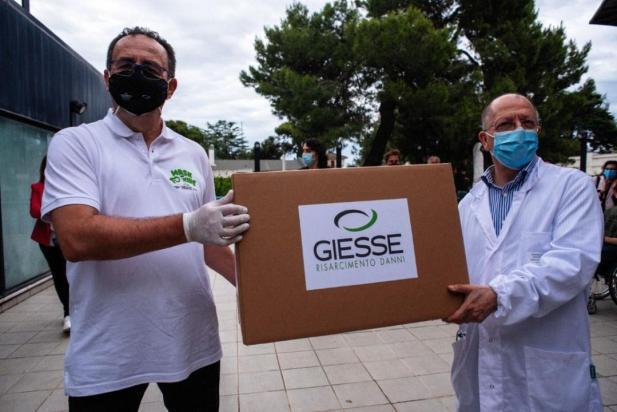 3.000 chilometri su e giù per l'Italia per portare in dono 50.000 mascherine ad associazioni che aiutano persone con disabilità