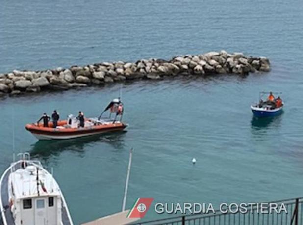 Guardia Costiera sequestra una rete a strascico