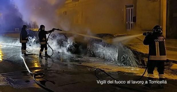 Torricella  auto in fiamme